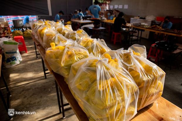 Chuyện ở căn bếp nấu 35 nghìn suất ăn từ thiện của bà trùm Hoa hậu: Những ngày Sài Gòn thế này, được cho đi đã là may mắn! - Ảnh 19.