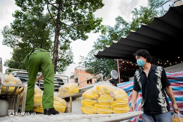 Chuyện ở căn bếp nấu 35 nghìn suất ăn từ thiện của bà trùm Hoa hậu: Những ngày Sài Gòn thế này, được cho đi đã là may mắn! - Ảnh 17.
