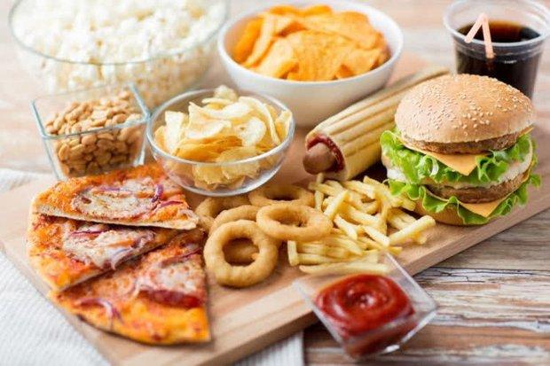 4 loại thực phẩm là thủ phạm khiến mặt quanh năm nổi mụn nhưng lại được các chị em trẻ tuổi yêu thích và ăn thường xuyên - Ảnh 2.