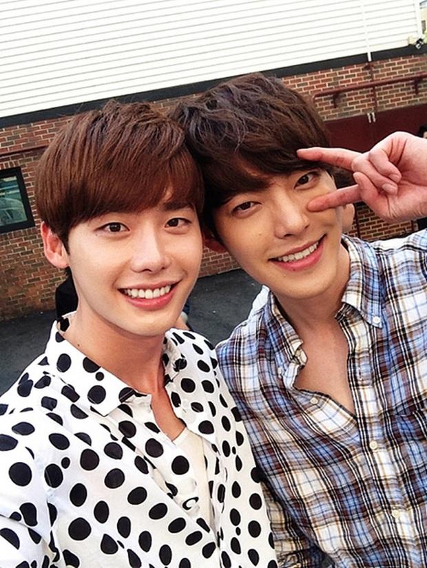 Lee Jong Suk hiếm hoi hé lộ quan hệ tình bạn là 1 dạng tình yêu với tài tử Kim Woo Bin qua hành động quắn quéo - Ảnh 4.