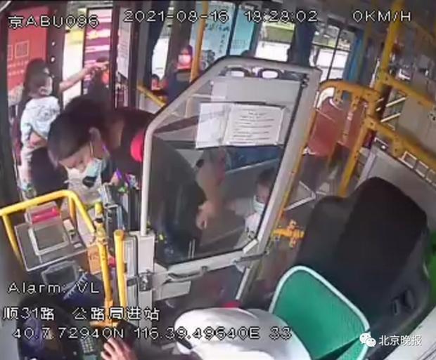 Tài xế xe bus đột quỵ khi đang lái xe trên đường, hành động cuối cùng trước khi qua đời gây xúc động - Ảnh 2.