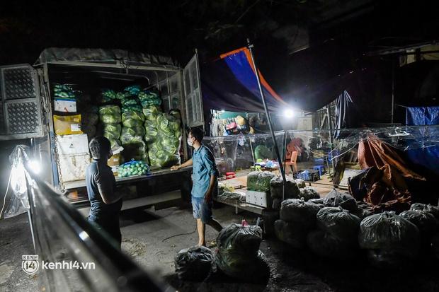 Hà Nội: Tiểu thương tất bật dọn hàng trong đêm khi chợ đầu mối phía Nam được mở trở lại - Ảnh 3.