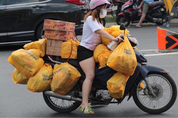 Ảnh: Nhà đông người, nhiều gia đình ở Sài Gòn chất hàng đầy xe để chở về, một buổi sáng đi siêu thị hết gần 10 triệu đồng - Ảnh 2.
