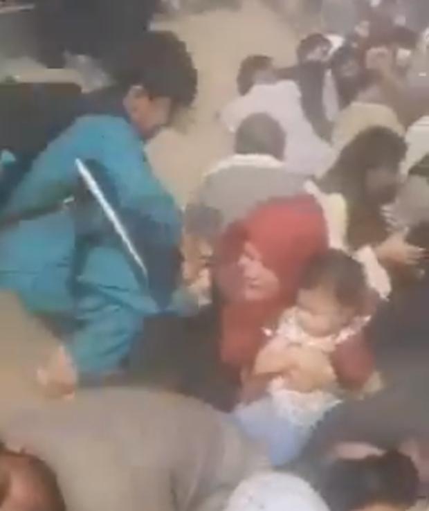 Em bé Afghanistan khóc ròng khi được giao cho lính Mỹ và những tiếng cầu cứu xé lòng tại đất nước đang hỗn loạn vì chiến tranh - Ảnh 7.