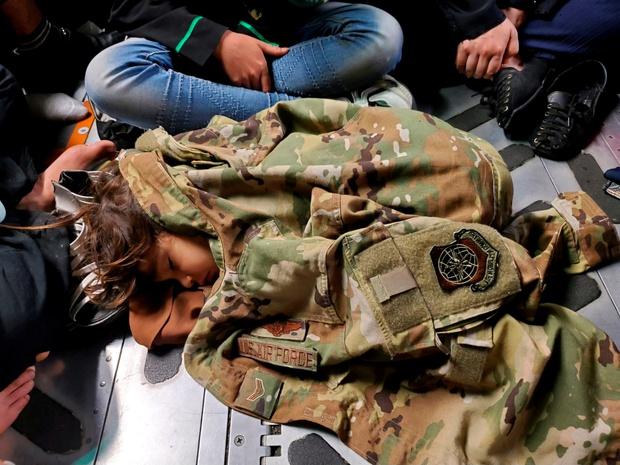 Em bé Afghanistan khóc ròng khi được giao cho lính Mỹ và những tiếng cầu cứu xé lòng tại đất nước đang hỗn loạn vì chiến tranh - Ảnh 9.