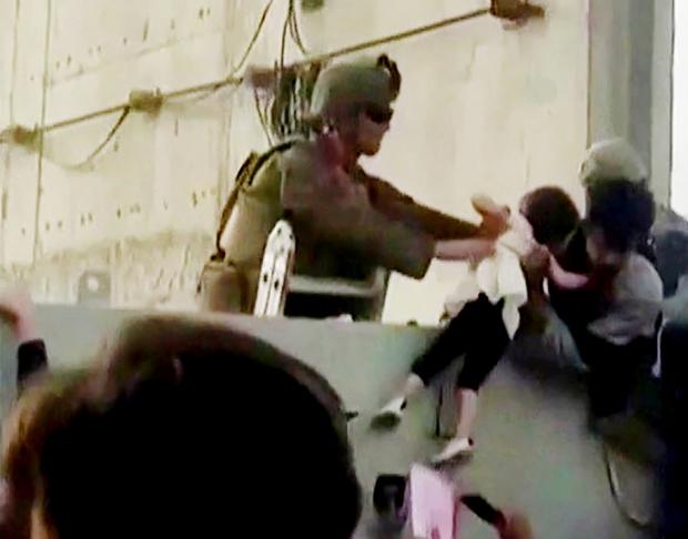 Em bé Afghanistan khóc ròng khi được giao cho lính Mỹ và những tiếng cầu cứu xé lòng tại đất nước đang hỗn loạn vì chiến tranh - Ảnh 1.
