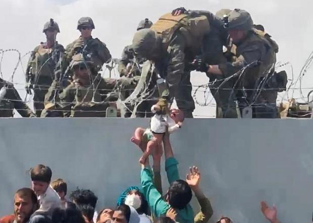 Em bé Afghanistan khóc ròng khi được giao cho lính Mỹ và những tiếng cầu cứu xé lòng tại đất nước đang hỗn loạn vì chiến tranh - Ảnh 3.