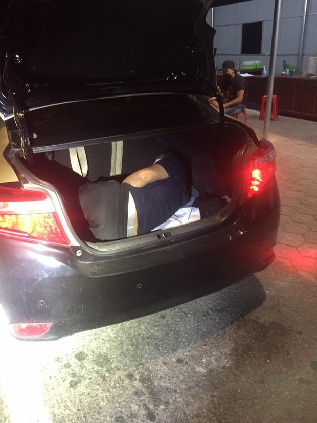 Phát hiện người nước ngoài trong cốp xe ô tô từ Đồng Nai qua Hà Tĩnh - Ảnh 1.