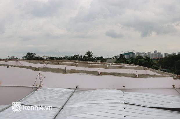 Quân đội giúp người dân sửa lại nhà bị tốc mái do gió lốc ở TP.HCM. - Ảnh 1.