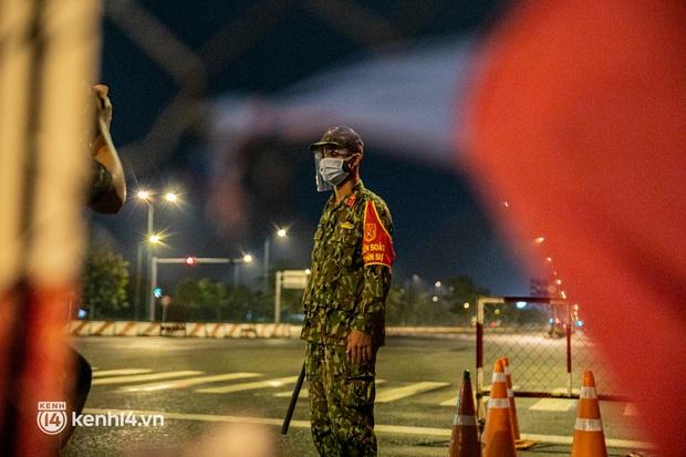 Ảnh: Quân đội xuất quân ngay trong đêm, kiểm soát gần 300 chốt khắp quận huyện TP.HCM - Ảnh 14.