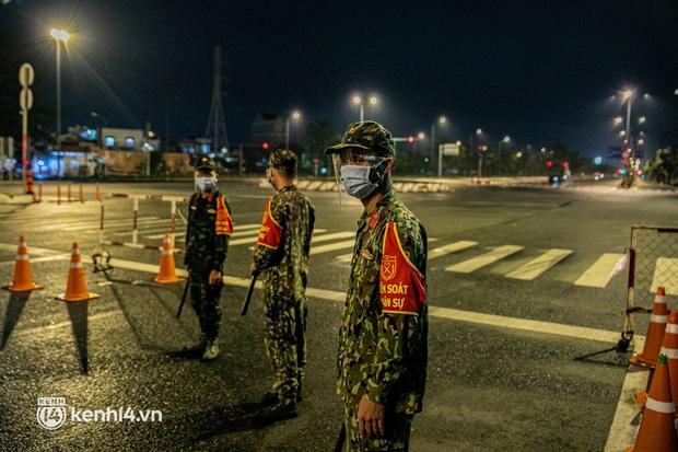 Ảnh: Quân đội xuất quân ngay trong đêm, kiểm soát gần 300 chốt khắp quận huyện TP.HCM - Ảnh 15.