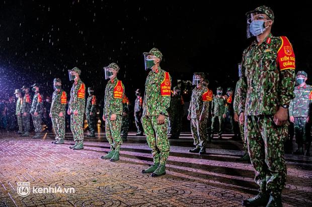 Ảnh: Quân đội xuất quân ngay trong đêm, kiểm soát gần 300 chốt khắp quận huyện TP.HCM - Ảnh 2.