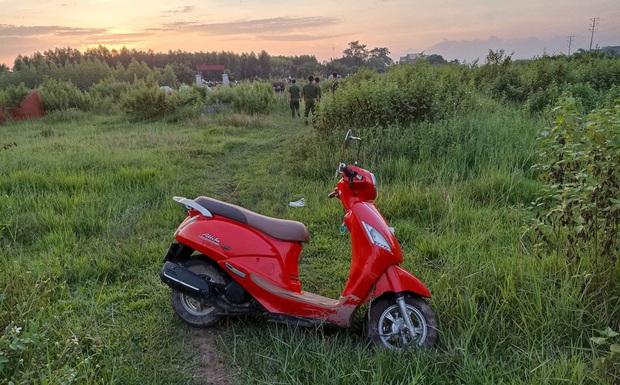 Người đàn ông gục chết bên cạnh chiếc xe máy trong bãi cỏ ở Bắc Giang - Ảnh 1.