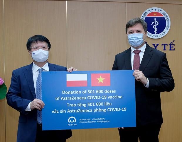Đại sứ Ba Lan bàn giao cho Bộ Y tế hơn 500.000 liều vaccine AstraZeneca - Ảnh 1.