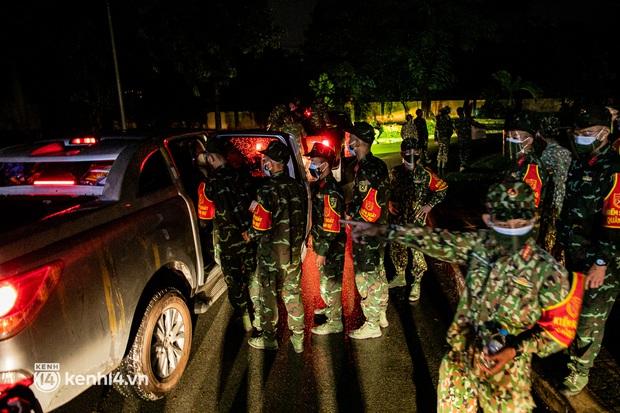 Ảnh: Quân đội xuất quân ngay trong đêm, kiểm soát gần 300 chốt khắp quận huyện TP.HCM - Ảnh 8.