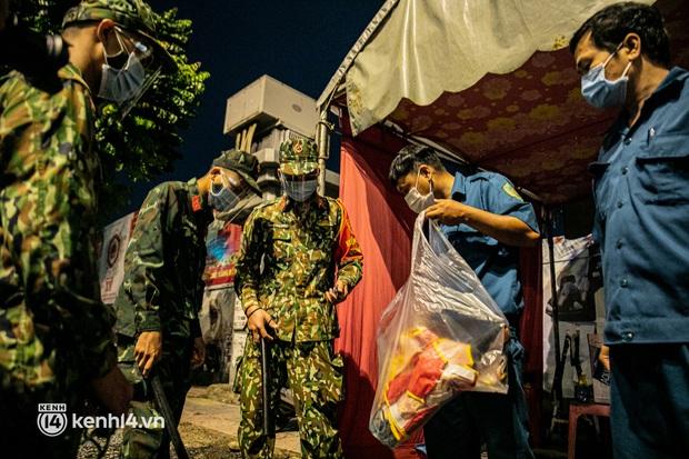 Ảnh: Quân đội xuất quân ngay trong đêm, kiểm soát gần 300 chốt khắp quận huyện TP.HCM - Ảnh 11.