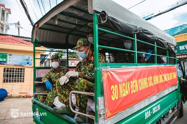 Người dân TP.HCM phấn khởi khi lực lượng quân đội mang rau xanh, lương thực đến từng hẻm, từng nhà trao tận tay bà con - Ảnh 2.