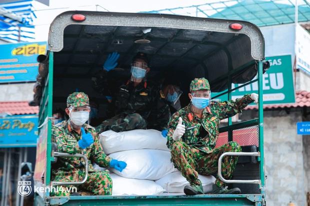 Người dân TP.HCM phấn khởi khi lực lượng quân đội mang rau xanh, lương thực đến từng hẻm, từng nhà trao tận tay bà con - Ảnh 3.