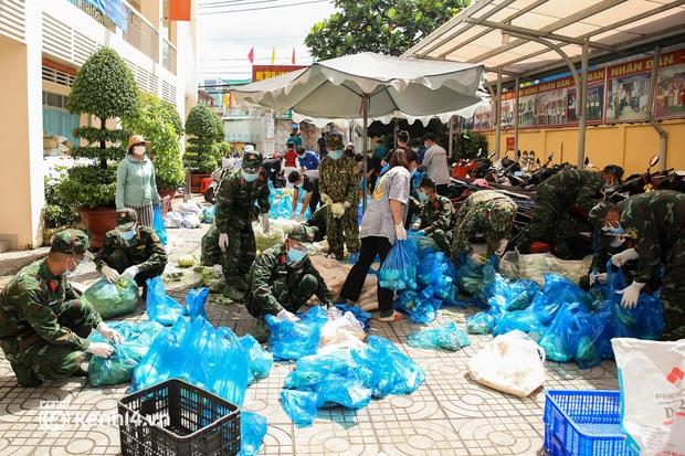 Người dân TP.HCM phấn khởi khi lực lượng quân đội mang rau xanh, lương thực đến từng hẻm, từng nhà trao tận tay bà con - Ảnh 4.