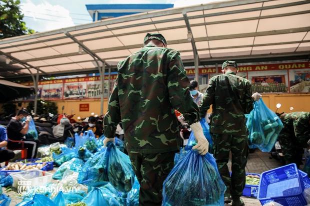 Người dân TP.HCM phấn khởi khi lực lượng quân đội mang rau xanh, lương thực đến từng hẻm, từng nhà trao tận tay bà con - Ảnh 8.