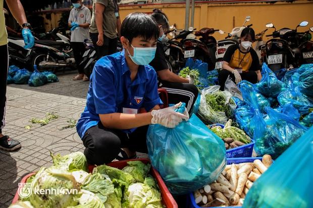 Người dân TP.HCM phấn khởi khi lực lượng quân đội mang rau xanh, lương thực đến từng hẻm, từng nhà trao tận tay bà con - Ảnh 6.