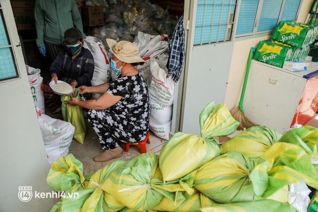 Người dân TP.HCM phấn khởi khi lực lượng quân đội mang rau xanh, lương thực đến từng hẻm, từng nhà trao tận tay bà con - Ảnh 7.