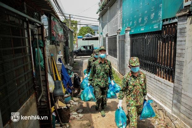 Người dân TP.HCM phấn khởi khi lực lượng quân đội mang rau xanh, lương thực đến từng hẻm, từng nhà trao tận tay bà con - Ảnh 11.