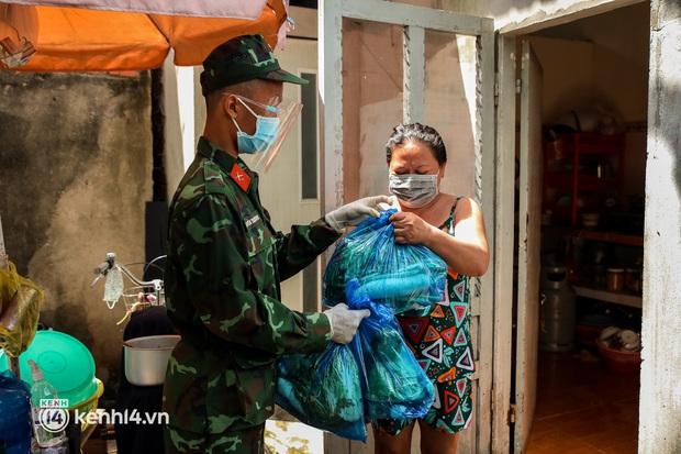 Người dân TP.HCM phấn khởi khi lực lượng quân đội mang rau xanh, lương thực đến từng hẻm, từng nhà trao tận tay bà con - Ảnh 12.