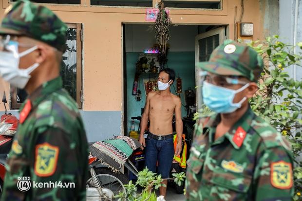 Người dân TP.HCM phấn khởi khi lực lượng quân đội mang rau xanh, lương thực đến từng hẻm, từng nhà trao tận tay bà con - Ảnh 14.