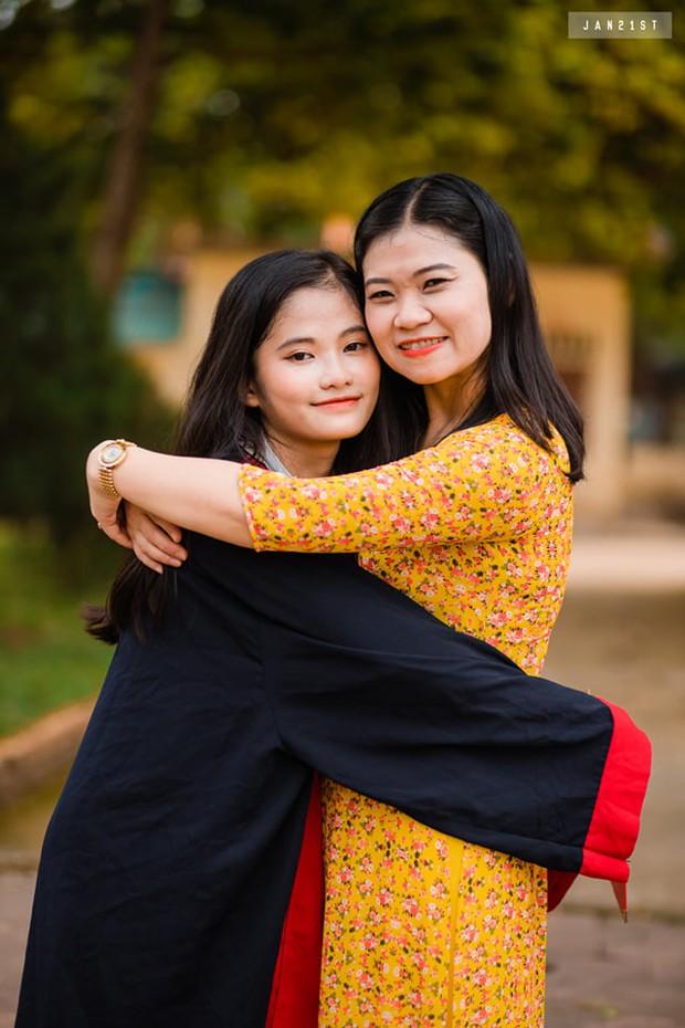 Nữ sinh thủ khoa ở Hà Tĩnh bật khóc vì sợ không có tiền đi học: Bố là thầy giáo bị liệt nửa người, mẹ không biết chữ, quanh năm ốm yếu - Ảnh 2.