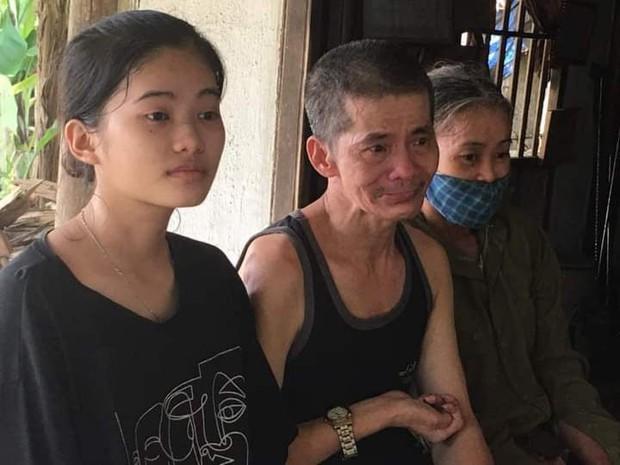 Nữ sinh thủ khoa ở Hà Tĩnh bật khóc vì sợ không có tiền đi học: Bố là thầy giáo bị liệt nửa người, mẹ không biết chữ, quanh năm ốm yếu - Ảnh 1.