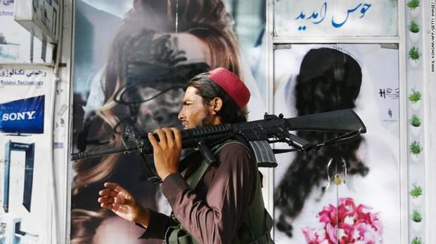 Phụ nữ Afghanistan sợ hãi sau thông báo mới của Taliban: Đừng đi làm nữa! - Ảnh 2.
