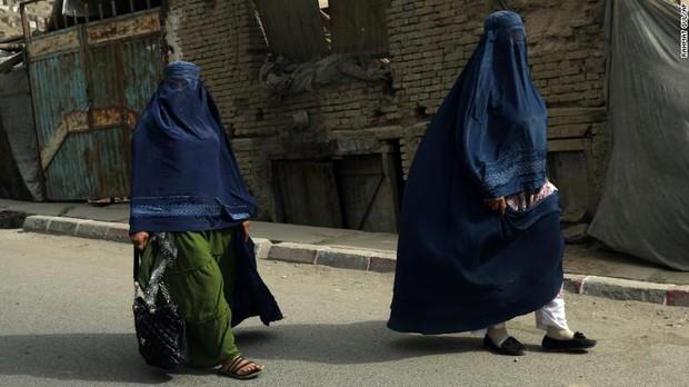 Phụ nữ Afghanistan sợ hãi sau thông báo mới của Taliban: Đừng đi làm nữa! - Ảnh 1.