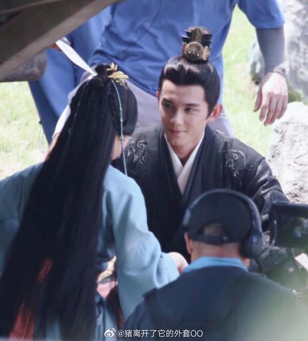 Lộ cảnh Triệu Lộ Tư can ngăn Ngô Lỗi bị đánh đòn, không quên khoe vòng eo con kiến ở Tinh Hán Xán Lạn - Ảnh 8.