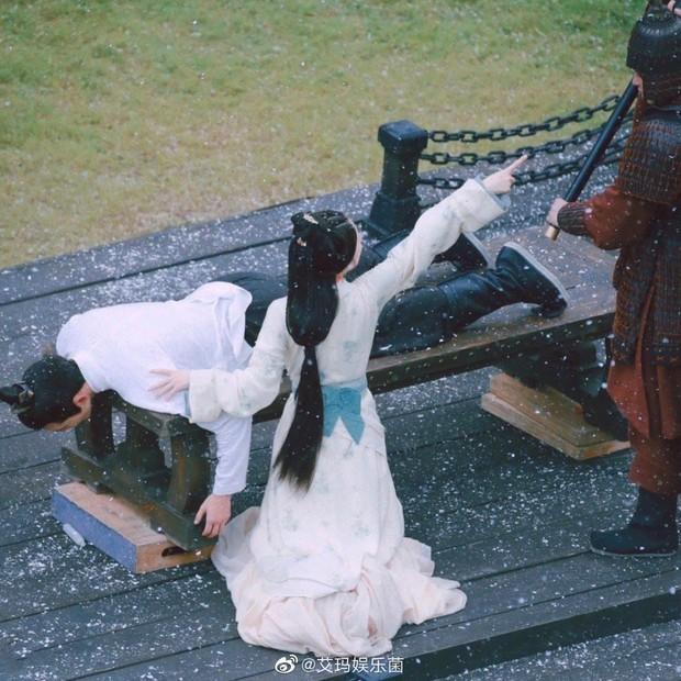 Lộ cảnh Triệu Lộ Tư can ngăn Ngô Lỗi bị đánh đòn, không quên khoe vòng eo con kiến ở Tinh Hán Xán Lạn - Ảnh 2.