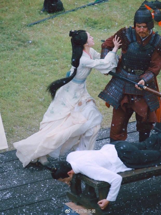 Lộ cảnh Triệu Lộ Tư can ngăn Ngô Lỗi bị đánh đòn, không quên khoe vòng eo con kiến ở Tinh Hán Xán Lạn - Ảnh 1.