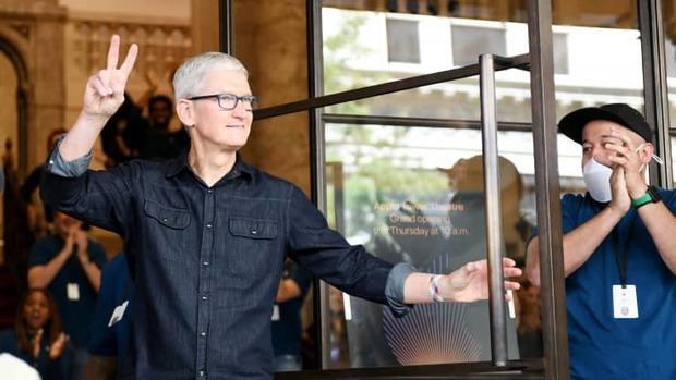 Apple thay đổi thế nào sau 10 năm dưới tay CEO Tim Cook? - Ảnh 1.