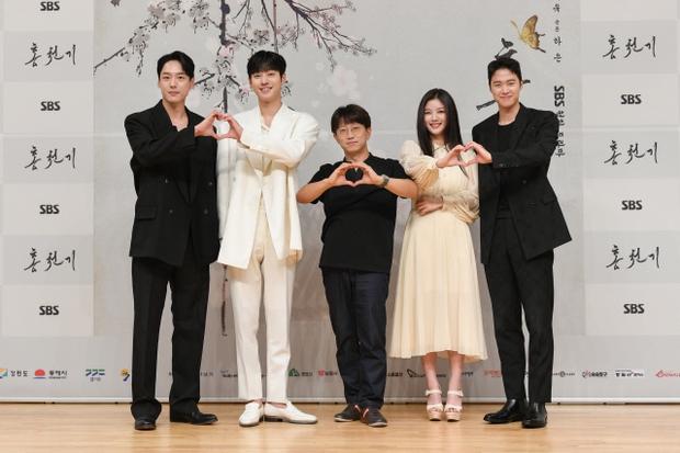 Sự kiện biến thành bữa tiệc visual: Sao nhí một thời Kim Yoo Jung tái xuất xinh xỉu, Ahn Hyo Seop như cây sào át cả 2 tài tử cực phẩm - Ảnh 11.