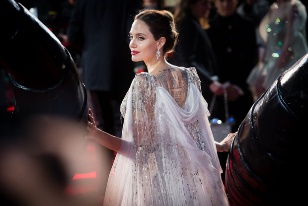Angelina Jolie và 2 thảm đỏ huyền thoại: 11 tuổi đã như sao hạng A vì xinh vô thực, 44 tuổi thành luôn bà hoàng đẹp bức người - Ảnh 10.