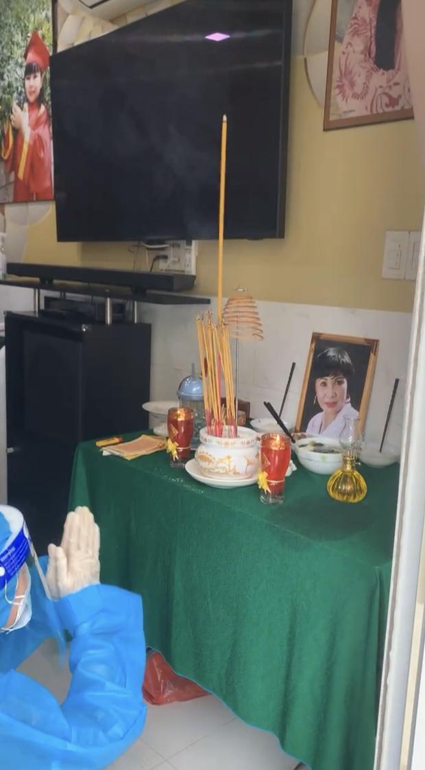 Tang lễ gấp rút của NS Bạch Mai: Bình Tinh suy sụp bên bàn thờ lập vội cho mẹ, NS Ngọc Huyền - Thoại Mỹ bật khóc nức nở - Ảnh 3.