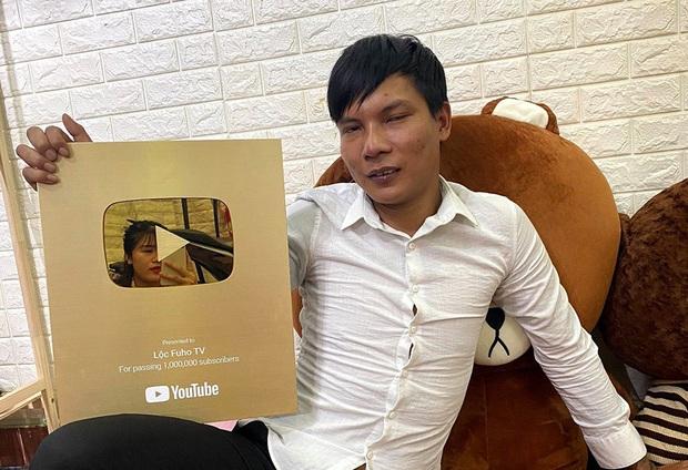 Em Chi, đi phụ hồ mà mang guốc khiến Lộc Fuho bực mình: Sinh năm 2005, nhan sắc ngoài đời khiến netizen xin slot làm rể - Ảnh 1.