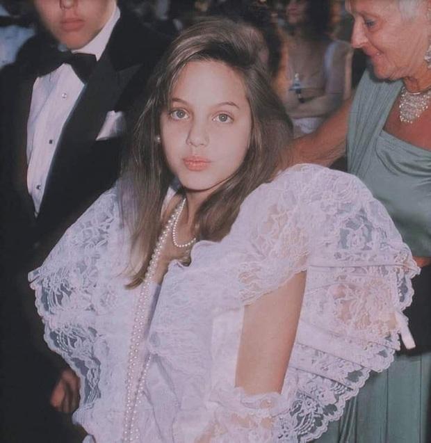 Angelina Jolie và 2 thảm đỏ huyền thoại: 11 tuổi đã như sao hạng A vì xinh vô thực, 44 tuổi thành luôn bà hoàng đẹp bức người - Ảnh 3.