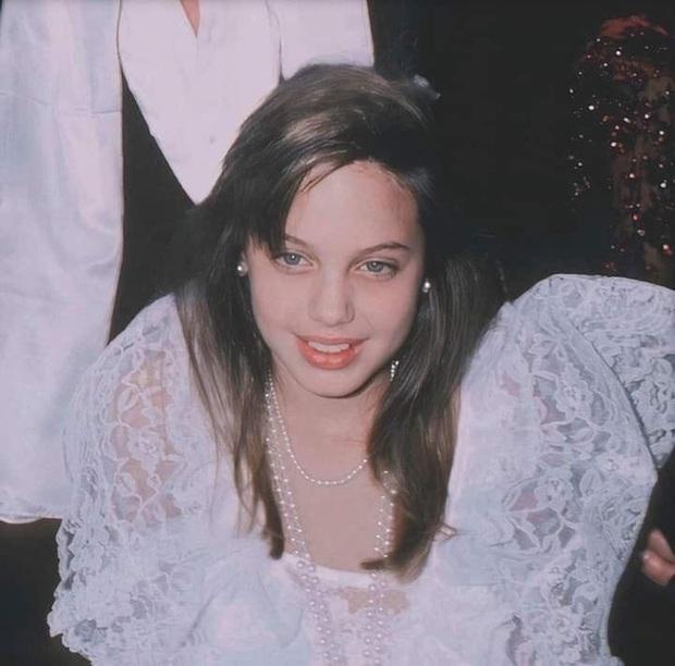Angelina Jolie và 2 thảm đỏ huyền thoại: 11 tuổi đã như sao hạng A vì xinh vô thực, 44 tuổi thành luôn bà hoàng đẹp bức người - Ảnh 5.