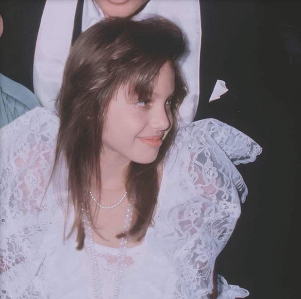Angelina Jolie và 2 thảm đỏ huyền thoại: 11 tuổi đã như sao hạng A vì xinh vô thực, 44 tuổi thành luôn bà hoàng đẹp bức người - Ảnh 6.