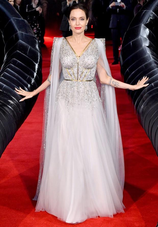 Angelina Jolie và 2 thảm đỏ huyền thoại: 11 tuổi đã như sao hạng A vì xinh vô thực, 44 tuổi thành luôn bà hoàng đẹp bức người - Ảnh 8.