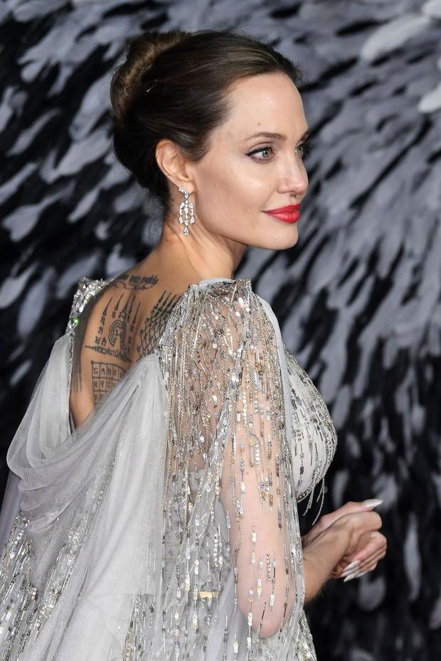 Angelina Jolie và 2 thảm đỏ huyền thoại: 11 tuổi đã như sao hạng A vì xinh vô thực, 44 tuổi thành luôn bà hoàng đẹp bức người - Ảnh 9.
