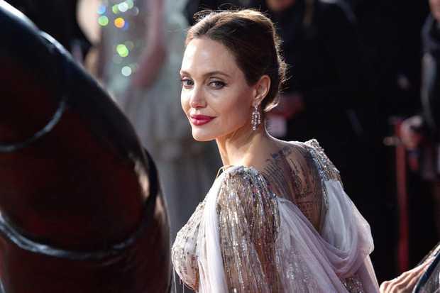 Angelina Jolie và 2 thảm đỏ huyền thoại: 11 tuổi đã như sao hạng A vì xinh vô thực, 44 tuổi thành luôn bà hoàng đẹp bức người - Ảnh 11.