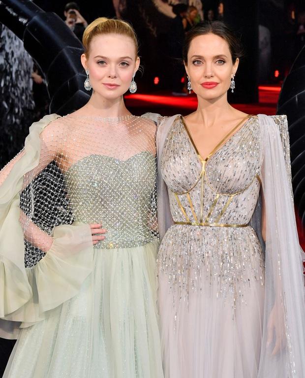 Angelina Jolie và 2 thảm đỏ huyền thoại: 11 tuổi đã như sao hạng A vì xinh vô thực, 44 tuổi thành luôn bà hoàng đẹp bức người - Ảnh 13.