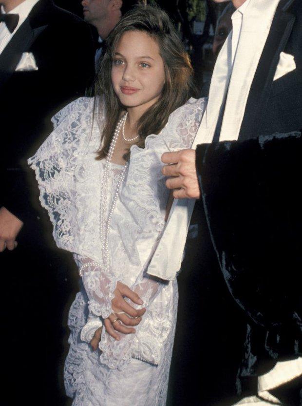11 tuổi đã biết giật spotlight thì hèn gì khi lớn lên, Angelina Jolie chẳng hóa bà hoàng trên thảm đỏ - Ảnh 2.