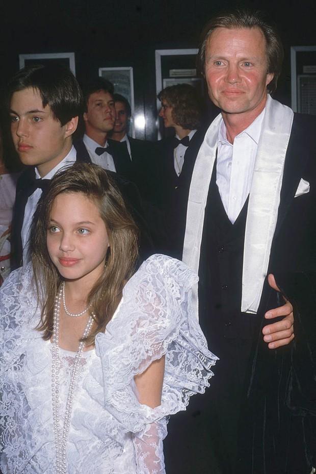 11 tuổi đã biết giật spotlight thì hèn gì khi lớn lên, Angelina Jolie chẳng hóa bà hoàng trên thảm đỏ - Ảnh 1.